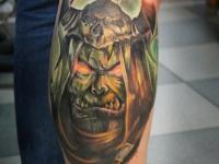 Татуировка голова монстра на голени
