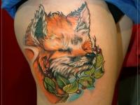 Татуировка довольный лисенок на бедре
