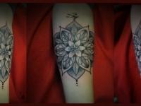 Татуировка цветок в цветке