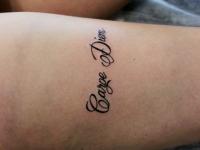 Татуировка надпись на бедре