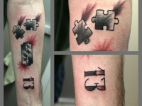Татуировка бритва и пазлы на предплечье