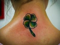 Татуировка листок клевера на спине