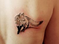 Татуировка лисица на лопатке