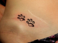 Татуировка следы на животе