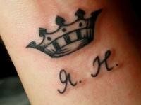 Татуировка корона и инициалы на запястье