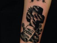 Татуировка надгробный крест с именной надписью на предплечье