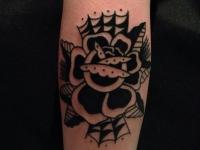 Татуировка запечатлела распускающуюся розу на руке