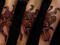 Разноцветный осьминог на руке