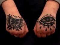 Татуировка на кистях бабочки и глаза