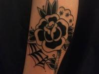 Татуировка розы на руке