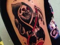 Татуировка смерть с косой вылезла из глобуса на руке