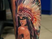 Татуировка в виде девушки в головном уборе индейцев  на ноге