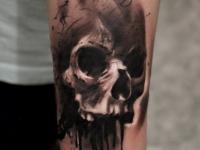 Татуировка растекающегося черепа на руке