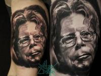 Татуировка в виде головы человека в очках