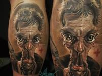 Карикатура на лицо человека на задней стороне голени