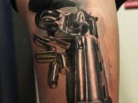 Татуировка револьвера на руке