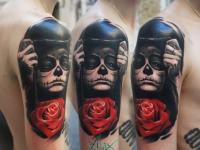 Человек скрывающийся за маской и роза на плече
