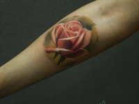 Татуировка розы на внутренней части предплечья
