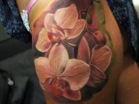 Орхидея на бедре у девушки