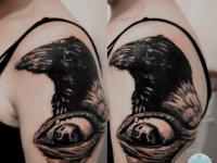 Татуировка ворона и глаз на плече