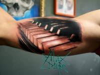 Татуировка клавиши на плече