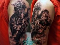 Татуировка спасатель на плече