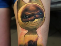 Татуировка котенок Гав на бедре