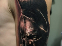 Татуировка воин в шлеме на плече