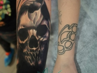 Татуировка череп на руке