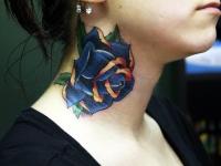 Татуировка сине-золотая роза на шее