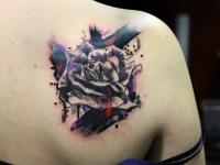Татушка роза в цветных разводах на лопатке