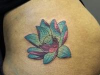 Татуировка розово-голубой цветочек на бедре