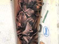 Татуировка лилии на предплечье