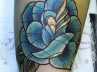 Татуировка голубая роза на предплечье