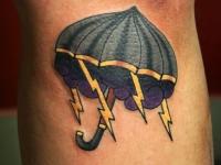 Татушка туча с молниями под зонтом под коленом