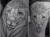 Тату улыбающаяся тигрица с короной