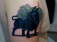 Татуировка бык на плече