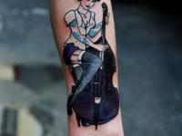 Татуировка женщина с виолончелью на предплечье