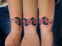 Татуировка цветочный браслет на запястье