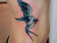 Татуировка ласточка на боку