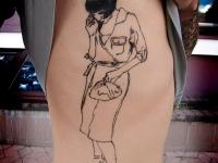 Татуировка девушка с сумочкой на боку