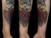 Татуировка филин и роза на предплечье