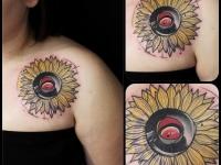 Татуировка подсолнух на плече