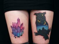 Татуировка филин и кристалл на бедрах