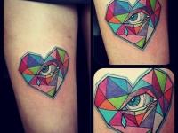 Татуировка сердце с глазом на бедре