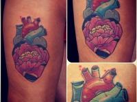 Татуировка сердце и лотос на бедре