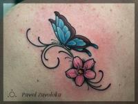 Татуировка бабочка на цветке