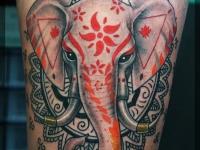 Татуировка слон на бедре