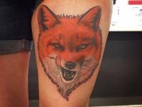 Татуировка голова лиса на бедре