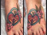 Татуировка сердце-замок на ступне